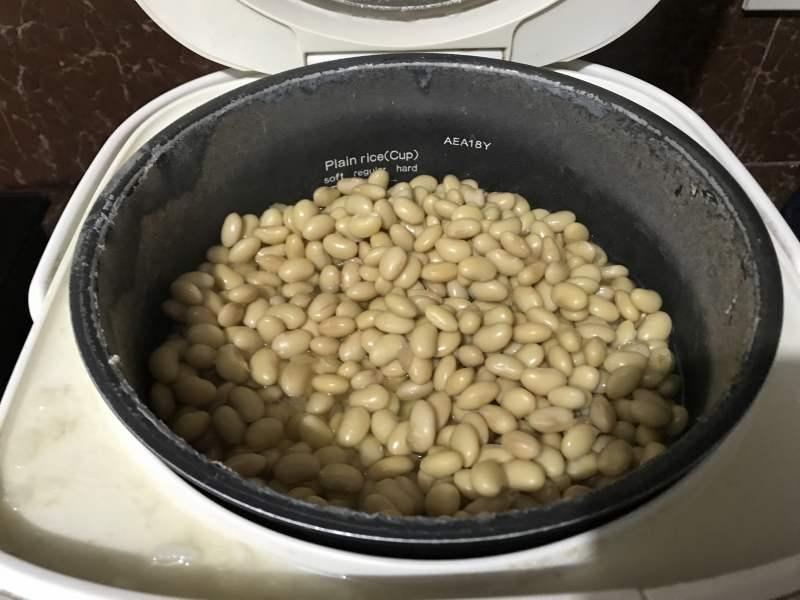 豆を煮ると炊飯器内が白っぽくなる